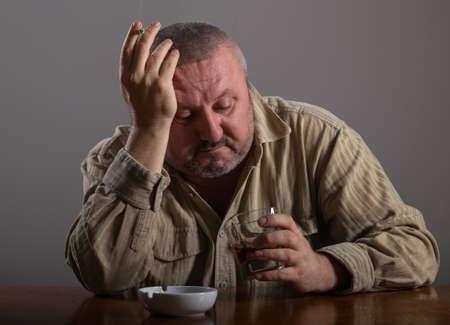 abuso: Alcoholismo: Retrato de un hombre solitario, desesperado por el consumo de alcohol y el tabaquismo