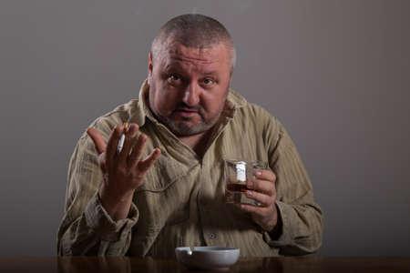 alcoholismo: Alcoholismo: Retrato de un hombre solitario, desesperado por el consumo de alcohol y el tabaquismo