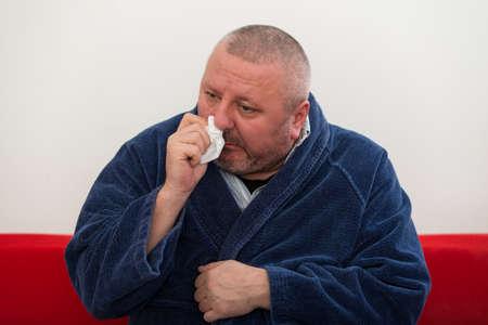 visage homme: Close-up d'un homme avec le tissu dans son nez.