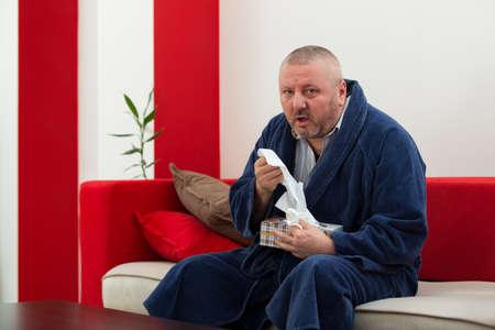 volto uomo: Uomo che ha un tessuto freddo della holding con la scatola piena di tessuti