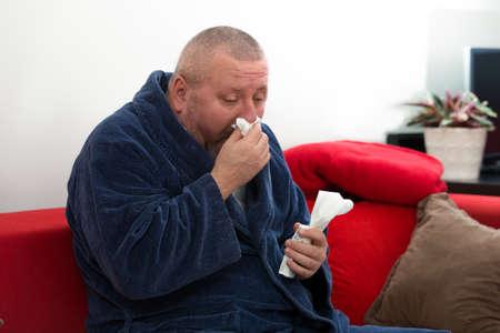 volto uomo: Close-up di un uomo con tessuto nel suo naso.