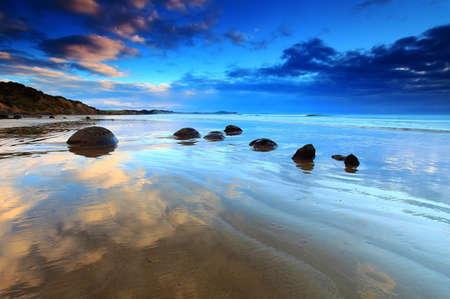 Mooie ochtend reflectie op Moeraki Boulders, Zuidereiland van Nieuw-Zeeland