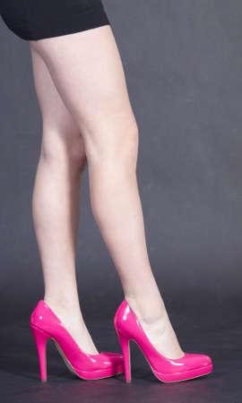 pantimedias: Cerca de las piernas de una mujer vestida de rosa Tacones lejanos y minifalda