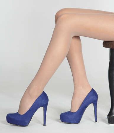 tacones: Mujer s piernas en pantimedias finas y tacones altos