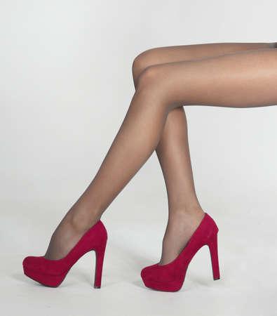tacones rojos: Mujer s piernas en pantimedias finas y tacones altos