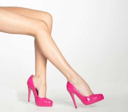 piernas sexys: Mujer s piernas en pantimedias finas y tacones altos