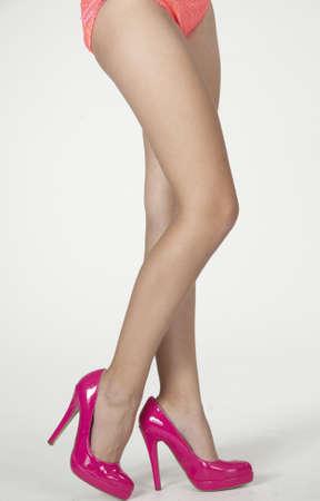 calas blancas: Piernas de mujer s en tacones altos rosados ??y parte inferior del bikini Foto de archivo