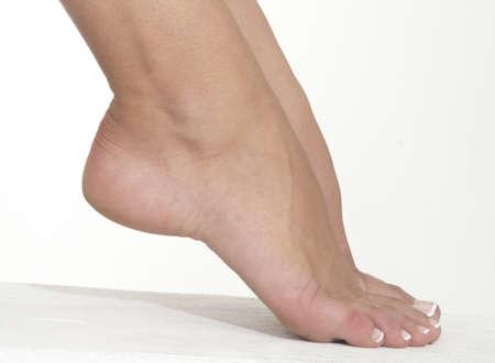 sexy füsse: Woman s Bare Fuß nicht an einen weißen Studio-Hintergrund