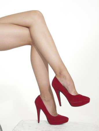 tacones rojos: Mujer s piernas en tacones altos rojos Foto de archivo