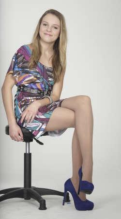 팬티 스타킹: 드레스와 하이힐에 금발 하이틴 소녀