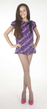 mini falda: Negro de la muchacha adolescente en vestido muy corto y tacones altos