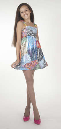 mini falda: Muchacha adolescente en tacones altos vestido muy corto y Foto de archivo