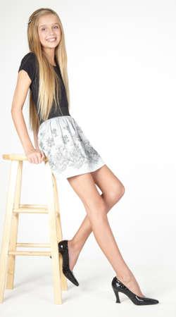 Slim blonde tiener meisje in een rok en hakken Stockfoto