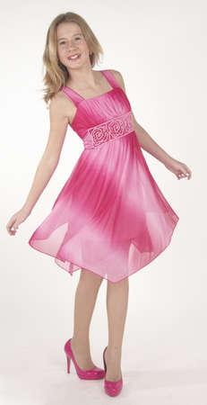 ピンクのドレスとハイヒールで十代の少女