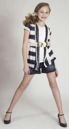 10 代少女のスタジオでファッション衣服のモデリング 写真素材
