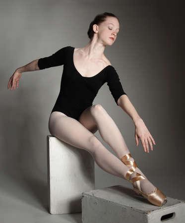 en pointe: Ballerina Posing in a Studio Setting Stock Photo