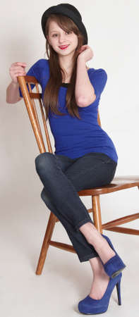 タイトなパンツとハイヒールをモデリング スタイリッシュな十代の少女