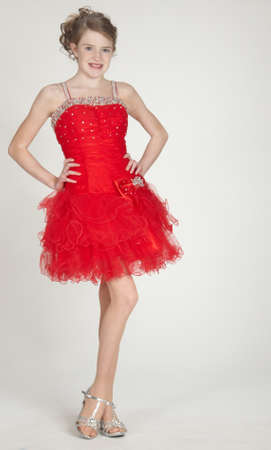 短い赤いドレスを着て、ブロンドの女の子