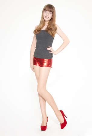 pantimedias: Muchacha adolescente rubia en pantalones cortos de color rojo y tacones altos