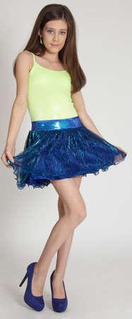 pantimedias: Chica adolescente en una falda y tacones contra un fondo blanco Studio Foto de archivo