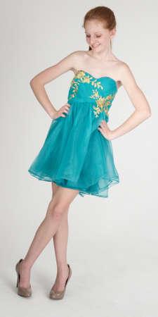青いドレスとハイヒールで赤頭の十代の少女
