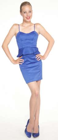 正式な青いドレスとハイヒールでエレガントな十代の少女