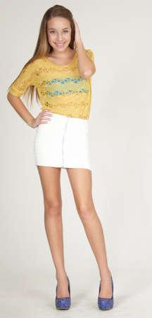 pantimedias: Muchacha adolescente en mini falda corta y tacones