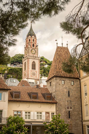 St. Nicholas Cathedral (Duomo) and Porta Bolzano (german Bozner Tor, english Bolzano Gate) in the town centre of Merano, Meran, South Tyrol, Südtirol, Alto Adige, Italy 免版税图像