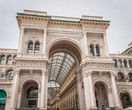 Milan, Italy, April 2020, Galleria Vittorio Emanuele in downtown of the city closed, empty of people during covid19 Coronavirus epidemic 新闻类图片