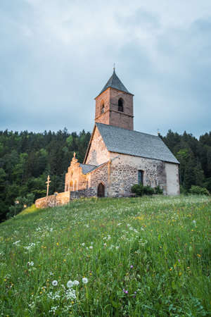 Alpine church of St. Kathrein in der Scharte - Santa Caterina (Saint Catherine) on the mountains, Hafling - Avelengo, South Tyrol, Italy, Europe 免版税图像