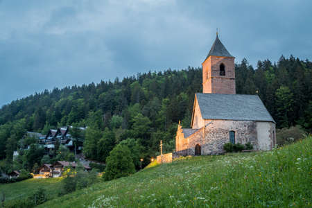 Alpine church of St. Kathrein - Santa Caterina (Saint Catherine) on the mountains, Hafling - Avelengo, South Tyrol, Italy, Europe 免版税图像