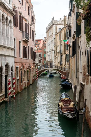 Canale (water canal) with traditional gondola boat in Venice (Venezia), Italy, Europe 免版税图像
