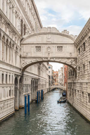 View of the Bridge of Sighs (Ponte dei Sospiri) and the Rio de Palazzo o de Canonica Canal from the Riva degli Schiavoni in Venice, Italy. The Ponte de la Canonica is visible in background. 免版税图像
