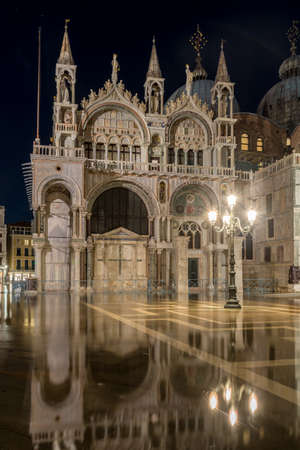 Cattedrale di San Marco (St. Mark Cathedral) by night with acqua alta (high water) on San Marco Square in Venice, Venice 免版税图像