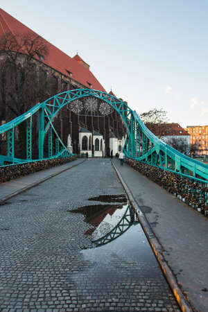Tumski Bridge in the historic district of Wroclaw. Poland 版權商用圖片 - 131754843