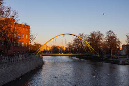 Pedestrian bridge over the river Odra in the Old Town of Wroclaw at sunset. Poland 版權商用圖片