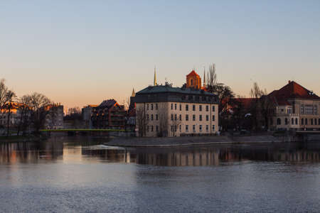 View of the river embankment in the city of Wroclaw at sunset. Poland 版權商用圖片 - 131756168
