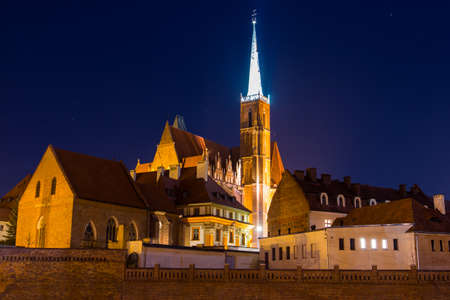 Collegiate Church of the Holy Cross and St. Bartholomew at night, Wroclaw. Poland 版權商用圖片