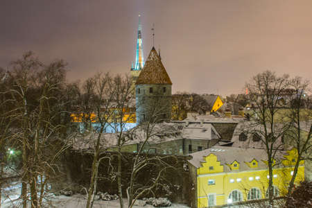 Night view of the Old Town of Tallinn from the high point of the winter. Estonia 版權商用圖片 - 132801640