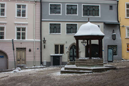 The historic Cat Well on the streets of Tallinns Old Town in winter. Estonia 版權商用圖片