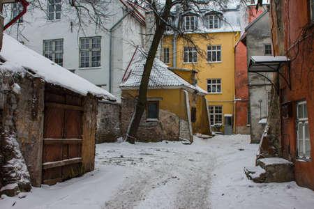Old courtyard in Tallinn Old Town in winter. Estonia 版權商用圖片