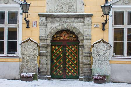Historic wooden door in Tallinn Old Town in winter. Estonia 版權商用圖片