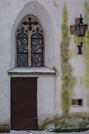 Ancient wooden door in the historic church in Tallinns Old Town in winter. Estonia 版權商用圖片