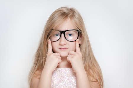 niños rubios: Lindo chico con gafas posando muy bien
