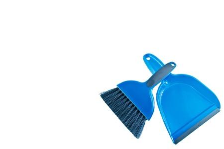 Reinig shot van een blauwe plastic hand bezem en rubber randen stof pan Gray haren en accentkleuren, alle op een witte achtergrond