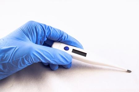 블루 라텍스 장갑에 걸치고 손 전기 온도계를 표시합니다.