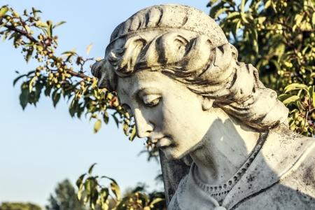 Stein Statue des Erzengels Michael mit schöner Beleuchtung Standard-Bild - 22155994