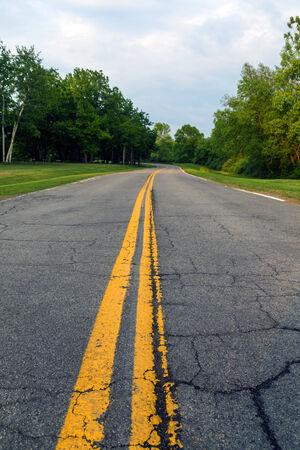 no pase: No pase doble línea amarilla y largo camino de asfalto. Foto de archivo