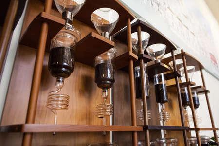Het maken van instrumenten voor koude brew koffie Stockfoto - 66982949