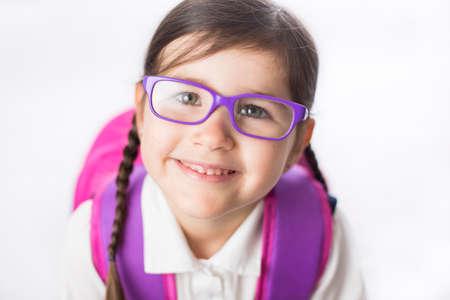 falda: La chica joven está listo para empezar la escuela con el uniforme que llevaba una mochila.